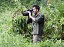 <p>El actor estadounidense Ben Affleck en una fotografía publicitaria de él en Congo,26 jun 2008.El ganador del premio Oscar y actor Ben Affleck se embarcó en un nuevo trabajo, aunque fue por una vez, viajando a Congo, un país arrasado por la guerra, con el objetivo de hacer un informe para un programa de la televisión estadounidense. Affleck viajó a la República Democrática del Congo tres veces el año pasado, y en un escrito publicado en el sitio de internet de la cadena ABC, en la que se transmite el programa 'Nightline', el actor dijo que quería hacer un llamado de atención sobre la violencia, hambruna y enfermedades en la región que causan la muerte de 1.200 personas al día. Photo by Reuters (Handout)</p>