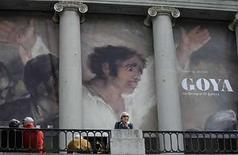 <p>Una multitud reunida frente a una exhibición en honor al pintor español Francisco Goya en el Museo del Prado en Madrid,15 abr 2008.Los expertos del Museo del Prado en España están considerando atribuir el cuadro 'El Coloso' a un colaborador de Francisco de Goya, ya que su estilo y otros datos técnicos no coinciden con la obra del afamado pintor aragonés. 'No es una obra en nuestra opinión que encaje con la técnica, la forma de pintar, la simbología, la metáfora, la poesía de Goya. Es decir, es una obra diferente, de otra cabeza', dijo el jueves Manuela Mena, jefa de conservación de pintura del siglo XVIII y Goya del museo. Photo by (C) ANDREA COMAS / REUTERS/Reuters</p>