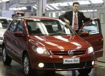 <p>O presidente da Volkswagen no Brasil, Thomas Schmall, exibe novo compacto Gol na fábrica da montadora em São Bernardo do Campo, em São Paulo. Photo by Paulo Whitaker</p>