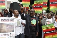 <p>Manifestantes protestam contra Robert Mugabe do lado de fora da embaixada do país em Londres. em 27 de junho de 2008. Photo by Stephen Hird</p>