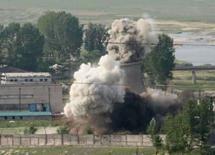 <p>Torre de resfriamento do complexo nuclear de Yongbyon é demolido. A Coréia do Norte derrubou a torre de refrigeração de um reator usado para produzir plutônio, realizando esse gesto simbólico um dia depois de ter entregue um relatório detalhado sobre seu programa atômico. Photo by Xinhua</p>