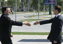 <p>Президент России Дмитрий Медведев (справа) встречает главу Еврокомиссии Жозе Мануэля Баррозо на саммите Россия - ЕС, Ханты-Мансийск, 27 июня 2008 года. Россия и Евросоюз начали переговоры о подписании Соглашения о партнерстве и сотрудничестве (СПС), что стало началом нового этапа в их отношениях, которые не всегда развивались гладко. (REUTERS/Alexander Natruskin)</p>