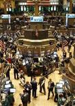 <p>Trader al lavoro al New York Stock Exchange, la borsa di New York. REUTERS/Brendan McDermid</p>