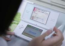 <p>Una estudiante de una escuela en Japón utiliza la consola de videojuegos Nintendo DS para aprender el idioma inglés,26 jun 2008.La consola de videojuegos Nintendo DS está prohibida en todas partes salvo en las aulas de la escuela Joshi Gakuen, en Tokio, donde se ha convertido en la última herramienta de los japoneses para aprender inglés. La profesora de instituto Motoko Okubo la utiliza desde mayo en sesiones semanales que se centran en vocabulario, caligrafía y compresión oral. Photo by (C) MICHAEL CARONNA / REUTERS/Reuters</p>