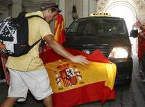 <p>Spanish fans celebrate before the Euro 2008 soccer final match between Spain and Germany in Vienna June 29, 2008. REUTERS/Heinz-Peter Bader</p>
