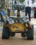 <p>El personaje Wall-E se traslada por la alfombra roja en el estreno mundial del filme animado de Disney-Pixar 'Wall-E', en Los Angeles, 21 jun 2008. El gigante de la animación Pixar conquistó por novena ocasión consecutiva el primer puesto de la taquilla estadounidense con su historia de amor entre robots 'WALL-E', mientras que Angelina Jolie obtuvo una marca personal con su cinta de acción y suspenso 'Wanted'. 'WALL-E' (en la foto), reforzada por una crítica positiva casi unánime, recaudó unos 62,5 millones de dólares en sus primeros tres días, dijo la corporación dueña de Pixar, Walt Disney Co. Photo by (C) FRED PROUSER / REUTERS/Reuters</p>