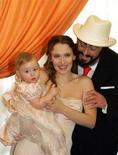 <p>Il tenore Luciano Pavarotti, scomparso nel settembre dello scorso anno per un tumore al pancreas, con la seconda moglie Nicoletta Mantovani e la loro figlia Alice, in una foto del dicembre del 2003. REUTERS/Pool DJM/AA</p>