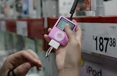 <p>Un cliente mira un ipod nano en la tienda Sam's Club, en Fayetteville, Arkansas, 5 jun 2008. El vendedor de música digital Rhapsody anunció el lunes que empezará a ofrecer canciones online en formato MP3, a través de socios que incluyen a Yahoo y a la operadora móvil Verizon Wireless, en un desafío directo a la tienda iTunes de Apple. El lanzamiento incluye además una campaña de valorada en unos 50 millones de dólares. Photo by (C) JESSICA RINALDI / REUTERS/Reuters</p>