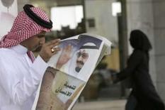 <p>Homem lê jornal com foto do rei saudita, Abdullah, em Riad, 30 de junho de 2008. Photo by Fahad Shadeed</p>