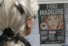 <p>Una donna guarda un manifesto con l'immagine della piccola Madeleine McCann a Praia da Luz. REUTERS/Hugo Correia (PORTUGAL)</p>
