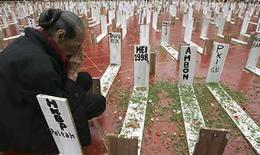 <p>Foto de archivo de una mujer que llora entre las 1000 'tumbas' durante una protesta en Yakarta , 3 feb 2008. Una nueva película indonesia pone la mirada en los sensibles temas del racismo y la violación hacia la minoría china del país durante los sangrientos disturbios que llevaron a la caída del ex presidente Suharto hace 10 años. En cierto sentido, la película 'May' (Mayo) es una sencilla historia de ficción sobre una mujer china indonesia violada durante los disturbios de mayo de 1988, cuando más de 1.000 personas fueron asesinadas en Yakarta. Photo by (C) DADANG TRI / REUTERS/Reuters</p>