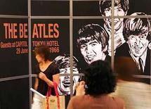 <p>Un afiche publicitario con la imagen del grupo inglés 'The Beatles' es exhibido en Tokio, Japón (foto de archivo),2 jul 2006.Un entusiasta del cine ha descubierto una entrevista largamente perdida con The Beatles de 1964, que no fue reproducida desde entonces. Richard Jeffs encontró 64 latas de cinta almacenadas en un garaje húmedo en el sur de Londres y, cuando comenzó a revisarlas, se topó con una pieza de la historia del pop. Photo by (C) TORU HANAI / REUTERS/Reuters</p>