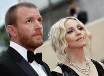 <p>SLa artista estadounidense Madonna y su marido el cineasta inglés Guy Ritchie a su llegada a la alfombra roja del Festival de Cine de Cannes, Francia,21 mayo 2008.La estrella de pop estadounidense Madonna y su esposo, el cineasta británico Guy Ritchie, no están planeando divorciarse, dijo el martes su portavoz, negando especulaciones de los medios acerca de que su matrimonio está terminándose. 'No hay planes de divorcio', detalló Liz Rosenberg, la publicista de Madonna, en un comunicado enviado a Reuters por correo electrónico. Photo by (C) ERIC GAILLARD / REUTERS/Reuters</p>