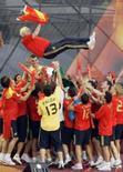 <p>O técnico da seleção espanhola Luis Aragonés é jogado ao ar por jogadores durante comemoração pela conquista da Eurocopa 2008. A seleção espanhola, que acaba de vencer o campeonato europeu, chegou ao topo do ranking da Fifa, divulgado na quarta-feira. Photo by Andrea Comas</p>