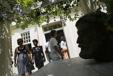 <p>Visitantes pasean junto a un busto del laureado autor estadounidense Ernest Hemingway en Finca Vigía en La Habana, 2 jul 2008. Las campanas doblaron el miércoles por Ernest Hemingway, cuando los cubanos conmemoraron el aniversario 47 de la muerte del escritor estadounidense escuchando la ópera 'Aida' en su domicilio en las afueras de La Habana. Como parte del homenaje, fue colocado un adorno floral en honor al premio Nobel en la Finca Vigía, donde Hemingway vivió 21 años y escribió algunas de sus obras más importantes. Photo by Claudia Daut/Reuters</p>