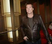 "<p>Actor Val Kilmer, who portrayed lead singer Jim Morrison in the film ""The Doors,"" arrives for the 15th anniversary of the picture in Hollywood, California December 6, 2006. REUTERS/Robert Galbraith</p>"