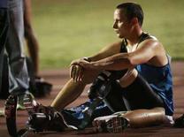 <p>Oscar Pistorius si riposa dopo la gara di ieri a Milano. REUTERS/Alessandro Garofalo (ITALY)</p>