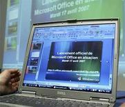 <p>Una computadora muestra la aplicación informática Microsoft Office en 'alsaciano', lengua tradicional de la región francesa de Alsacia, en Estrasburgo, 17 abr 2007 (foto de archivo). El fabricante de software estadounidense Microsoft planea lanzar el miércoles una nueva manera de vender su programa Office, al ofrecer a sus clientes un modelo de suscripción en lugar de su tradicional pago por una vez de la licencia. A partir de mediados de julio, la compañía ofrecerá a los consumidores de Estados Unidos Microsoft Equipt, que vendrá empaquetado con la última versión de Office, servicios de Windows Live online y un software de seguridad. Photo by (C) JEAN-MARC LOOS / REUTERS/Reuters</p>