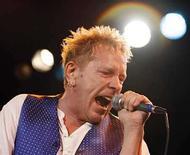 <p>El vocalista de los Sex Pistols, Johnny Rotten, canta en el Roxy Bar, en Los Angeles, EEUU (foto de archivo) 25 oct 2007. Johnny Rotten y la banda punk Sex Pistols fueron el azote del sistema británico durante décadas, ya sea porque profirieron insultos en televisión en una época en la que eso aún producía impacto o porque se burlaron de la monarquía. Por tanto, podría ser una sorpresa el escuchar a John Lydon, o Johnny Rotten como es más conocido, describir al movimiento de la música punk como un defensor de los 'valores familiares'. Photo by (C) MARIO ANZUONI / REUTERS/Reuters</p>