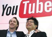 <p>Los co-fundadores de YouTube, Chad Hurley y Steve Chen, posan después de una conferencia de prensa, en París (foto de archivo), 19 jun 2007. Un juez de Estados Unidos ordenó a Google entregar a Viacom datos de usuarios de YouTube y despertó las críticas de los defensores de la privacidad el jueves, en un proceso decisivo sobre la piratería de video online. Viacom, propietaria del estudio de cine Paramount y la red MTV, solicitó la información dentro de la demanda de 1.000 millones de dólares por violación de derechos de autor que ha presentado contra el popular servicio de intercambio de vídeos YouTube y su solvente propietario Google. Photo by (C) PHILIPPE WOJAZER / REUTERS/Reuters</p>