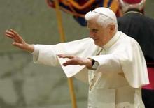 <p>O papa Bento 16 acena a fiéis no Vaticano em 2 de julho de 2008 REUTERS. Photo by Giampiero Sposito</p>