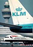 <p>Un aereo Klm e uno British Airways all'aeroporto di Schipol, Amsterdam. REUTERS/Str Old</p>
