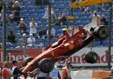 <p>A Ferrari de Felipe Massa é colocada em caminhão depois de batida durante sessão de treinos em Silverstone, Inglaterra, dia 4 de julho. O líder do Mundial de Fórmula 1, Felipe Massa, bateu violentamente sua Ferrari contra a parede de pneus durante o treino para o Grande Prêmio da Inglaterra na sexta-feira. Photo by Eddie Keogh</p>