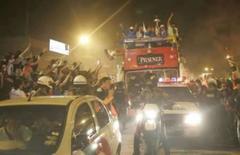 <p>Jogadores da LDU comemoram em cima de ônibus durante passagem por Quito, dia 3 de julho. Os jogadores da Liga Deportiva Universitaria, de Quito, se tornaram os heróis de milhares de equatorianos, ao desembarcarem no país após a inédita conquista Copa Libertadores na quinta-feira. Photo by Reuters</p>