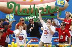 <p>El estadounidense Joey Chestnut (a la derecha) levanta su brazo tras vencer al japonés Takeru Kobayashi en el tiempo extra de un concurso de comer perros calientes en Nueva York,4 jul 2008 (en la foto). El estadounidense Joey Chestnut, campeón defensor, ganó el viernes el famoso concurso anual de comer perros calientes de Nathan's, tragando 64 salchichas en una competición que se alargó en su primer tiempo extra. El californiano Chestnut venció al seis veces campeón japonés Takeru Kobayashi en el evento anual celebrado en la playa de Coney Island en Nueva York. Photo by Lucas Jackson/Reuters</p>