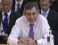 """<p>Премьер-министр Великобритании Гордон Браун улыбается, отвечая на вопросы парламентского Комитета по связям с общественностью в Лондоне 3 июля 2008 года. Премьер-министр Великобритании Гордон Браун посоветовал """"Большой восьмерке"""" избегать изоляционизма перед лицом спада в мировой экономике и усиленно работать над решением проблем глобального потепления и бедности (REUTERS/Parbul)</p>"""