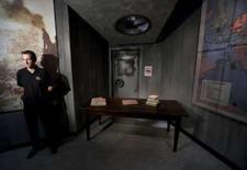 <p>Segurança vigia mesa vazia de Hitler após homem arrancar a cabeça da imagem de cera do ditador. Um homem arrancou neste sábado a cabeça de uma polêmica estátua de cera de Adolf Hitler na abertura do museu Madame Tussauds, em Berlim, informou a polícia. 5 de julho. Photo by Wolfgang Rattay</p>