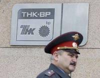 <p>Милиционер проходит мимо штаб-квартиры ТНК-BP в Москве 11 июня 2008 года. Британская нефтяная компания BP подает иск против российских партнеров по совместному предприятию в России ТНК-BP в Лондоне на 8,4 миллиарда рублей ($357,3 миллиона), считая, что эта сумма не должна была выплачиваться в счет погашения налоговой задолженности в России, сообщила BP в субботу. (REUTERS/Sergei Karpukhin)</p>