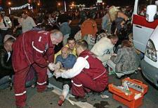 <p>Врачи оказывают помощь мужчине, пострадавшему при взрыве в Минске 4 июля 2008 года. Президент Белоруссии Александр Лукашенко в субботу обещал не ужесточать борьбу с оппозицией из-за взрыва, прогремевшего в пятницу на праздничном концерте в Минске по случаю Дня независимости, на котором присутствовал сам белорусский лидер. (REUTERS/Nikolai Petrov/BelTa)</p>