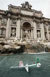 <p>Immagine d'archivio di un modellino di aereo Alitalia nella fontana di Trevi, a Roma. REUTERS/Dario Pignatelli (ITALY)</p>