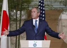 <p>Bush promete posição construtiva sobre clima na cúpula do G8. O presidente dos EUA prometeu uma posição construtiva nas conversações sobre o aquecimento global, mas disse que um acordo será impossível se a China e a Índia não concordarem em limitar suas emissões de gases estufa. 6 de julho. Photo by Jim Young</p>