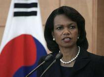 <p>Кондолиза Райс отвечает на вопросы репортетов во время пресс-конференции в Сеуле, 28 июня 2008 года. Госсекретарь США Кондолиза Райс в понедельник приедет в Европу, чтобы подписать в Праге соглашение о противоракетной защите, а также посетит Софию и Тбилиси, сообщило министерство иностранных дел. (REUTERS/Jo Yong-Hak)</p>