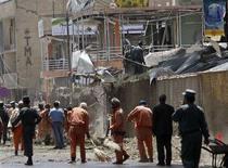 <p>Рабочие расчищают территорию возле посольства Индии в Кабуле после взрыва, 7 июля 2008 года. Двадцать восемь человек погибли, 141 получил ранения при взрыве автомобиля, управляемого экстремистом-смертником, у посольства Индии в Кабуле, сообщил частный телеканал Tolo TV со ссылкой на источники в системе здравоохранения. media said. (REUTERS/Ahmad Masood)</p>