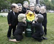 <p>Ativistas fantasiados de líderes do G8 carregam um milho gigante dentro de um barril  em 7 de julho de 2008. Photo by Vivek Prakash</p>