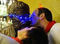 <p>Participantes besan la estatua del novelista estaounidense Ernest Hemingway en un car durante el festival de San Fermín, en Pamplona, España 6 jul 2008. Los toros de Conde de la Corte regresaron a Pamplona tras 10 años de ausencia, en un primer encierro que terminó con nueve heridos, ninguno de ellos por asta de toro, según la Oficina Internacional de Prensa de San Fermín (OIP). El encierro, que comenzó tras un homenaje a Iñaki Ochoa de Olza, el montañero navarro que falleció en mayo en el Annapurna, fue largo -cuatro minutos y 20 segundos- y complejo, con dos o tres caídas en la cuesta de Santo Domingo y resbalones en la curva de Mercaderes. Photo by Eloy Alonso/Reuters</p>