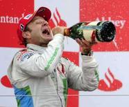 <p>Honda mantém foco em 2009 apesar do pódio de Barrichello. A Honda vai manter o foco em produzir um carro mais veloz para 2009, apesar do surpreendente terceiro lugar de Rubens Barrichello no Grande Prêmio da Inglaterra em Silverstone. 6 de julho. Photo by Eddie Keogh</p>