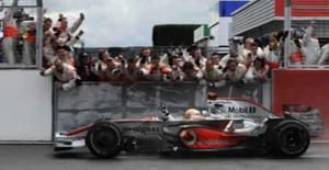<p>O piloto de F1 Lewis Hamilton da McLaren comemora vitória com sua equipe na bandeirada do GP da Inglaterra, dia 6 de julho. A McLaren alertou a rival Ferrari que a excepcional vitória de Lewis Hamilton, no domingo, em Silverstone, foi apenas o prenúncio de uma fase ainda melhor de seu piloto. Photo by Eddie Keogh</p>