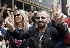 <p>Former Beatle Ringo Starr (R) flashes peace signs as his wife Barbara Bach (L) smiles as they arrive in downtown Chicago, Illinois to celebrate his 68th birthday July 7, 2008. REUTERS/Frank Polich</p>