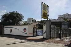 <p>Vista exterior de un motel en el distrito de Kowloon en Hong Kong que fuera alguna vez hogar de Bruce Lee, 3 jul 2008. El multimillonario dueño de la última vivienda de Bruce Lee (en la foto) espera convertirla en un museo en honor a la leyenda de las artes marciales, con lo que acepta pedidos del público para evitar la venta de la lujosa casa en un suburbio del norte de Hong Kong. El filántropo y magnate hotelero e inmobiliario Yu Panglin, de 86 años, había puesto a la venta la casa de dos pisos y unos 529 metros cuadrados ubicada en el exclusivo barrio de Kowloon, pero luego cambió de idea, satisfaciendo el deseo de admiradores de Lee de preservar el sitio. Photo by (C) BOBBY YIP / REUTERS/Reuters</p>