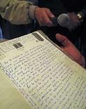 <p>Uno de los diarios de Ernesto 'Che' Guevara exhibidos en La Paz, Bolivia, 7 jul 2008. Bolivia abrió el lunes tres documentos del legendario guerrillero Ernesto 'Che' Guevara que se recuperaron en 1986 y eran resguardados en el Banco Central, entre ellos su diario escrito (en la foto), una agenda y dos fotografías, para hacer copias para una edición histórica impresa. El director de la editorial a cargo el escaneo de los documentos, José Antonio Quiroga, informó que serán fotografiados e impresos con la propia escritura de Guevara, como parte de los homenajes que se hacen en Bolivia por los 40 años de la muerte del rebelde médico argentino. Photo by David Mercado/Reuters</p>