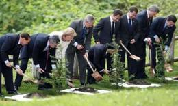<p>Líderes do G8 plantam árvores em cerimõnia no hotel Windsor Toya em Toyako, no dia 8 de julho de 2008. Photo by Jim Young</p>