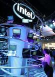 <p>Espositore Intel al Consumer Electronics Show di Las Vegas, nel gennaio del 2008. REUTERS/Steve Marcus (Usa)</p>