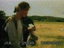 <p>La colombiana Ingrid Betancourt aborda el helicóptero de su rescate en Colombia, 2 jul 2008. El director de cine colombiano Simon Brand se está reuniendo con productores de Hollywood y de su país para llevar a la pantalla grande la historia del dramático rescate de Ingrid Betancourt y otros 14 rehenes que estaban en manos de las FARC. Brand, en cuya producción destaca el filme de suspenso del 2006 'Unknown' y el drama romántico 'Paradise Travel', es uno de los muchos directores que quiere quedarse con los derechos para rodar una película sobre el rescate de los secuestrados por las Fuerzas Armadas Revolucionarias de Colombia (FARC). (foto de archivo) Photo by Reuters (Handout)</p>