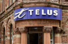<p>A Telus retail store is seen in downtown Montreal, June 21, 2007. REUTERS/Shaun Best</p>