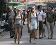 <p>Due turiste a spasso per Bangkok. REUTERS/Chaiwat Subprasom (THAILAND)</p>
