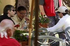 <p>El presidente ejecutivo de Yahoo, Jerry Yang (centro), habla con los fundadores de Google, Larry Page y Sergey Brin, en la conferencia Allen & Co en Sun Valley, Idaho, 10 jul 2008. La empresa de internet Yahoo permitirá a clientes, académicos e incluso a sus rivales personalizar sus búsquedas con su propia tecnología, al introducir un modelo de reventa en un mercado donde la compañía se encuentra en un distante segundo lugar con respecto a Google. En el sobrepoblado y dividido campo de internet, éste es un paso que pretende delinear una estrategia específica para el mercado de las búsquedas en la red, según afirmó la compañía cuando presentó su iniciativa 'Build your Own Search Service, BOSS', (Construye tu Propio Servicio de Búsqueda). Photo by Rick Wilking/Reuters</p>